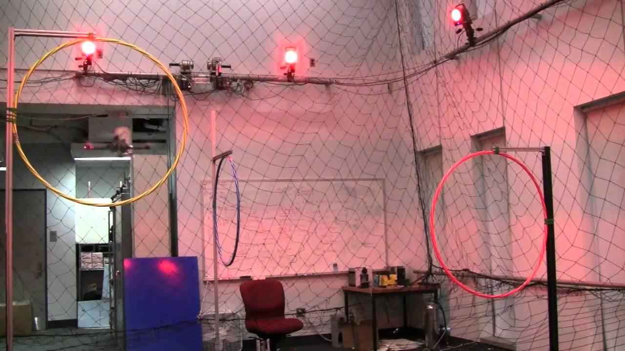 Acrobacias aéreas de robot volador a cámara lenta