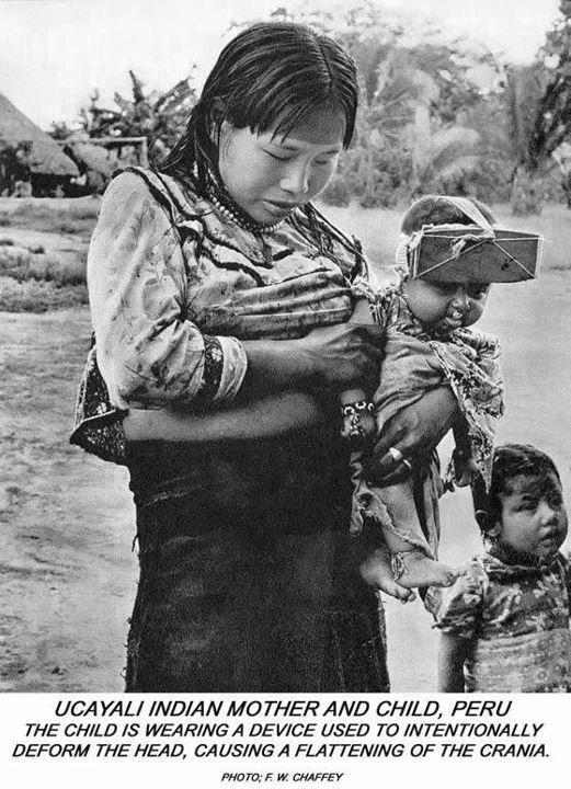 """""""Madre india Ucayali, Perú. El hijo lleva un dispositivo para deformar intencionadamente su cabeza, aplanando el cráneo"""" (Fuente)"""